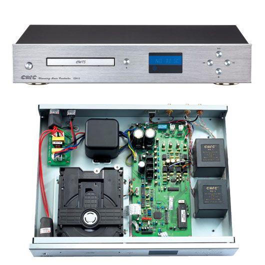 """採用 """"CD-711"""" 伺服电路, 飞利浦 """"CDM12""""机芯以及特制的防震结构。 採用 """"Burr-Brown PCM1738"""" 为 D/A 转换晶片。 类比线路部份採用独特线路, 降低回授量, 动態加大。 信号输出部份採用高极的镀金输出端子。 採用输出变压器设计, 中低频饱满, 低音线条清楚, 无直流输出, 保护後端机器。 CDV-2 音频输出电平: 2."""